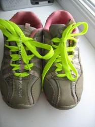 Удобные кроссовки, 33 размер. Яркие шнурки