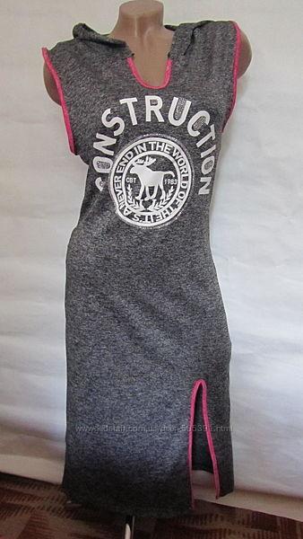 Платье спортивного типа с капюшоном и разрезом на ноге