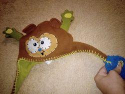шапка-зверь с махающими лапками для ваших деток
