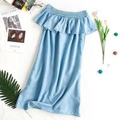 В наличии легкое джинсовое платье с открытыми плечами, р.44-46