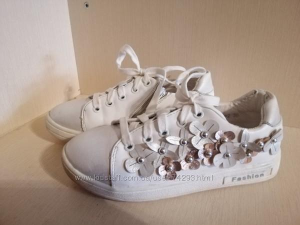 Белые нарядные кроссовки.