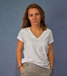 Белая футболка женская с V-образным вырезом