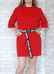 Красное женское платье с коротким рукавом и поясом