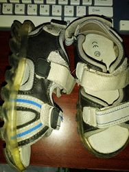 Продам со светящейся подошвой легкие сандали