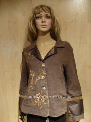 Пиджак льняной с золотым рисунком.
