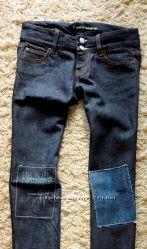 cиние джинсы dkny с оригинальным декором коленей