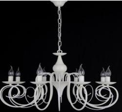Разнообразные люстры со свечами.