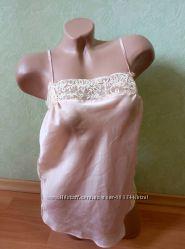 Женская атласная майка с открытой спинкой. по бокам - вставки гипюра.