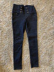 Темно синие узкие джинсы с высокой талией.