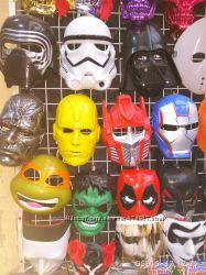 Большой выбор масок и другой атрибутики к празднику хелоуин.