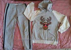Худі з оленем та спортивні штани.