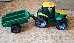 Трактор с прицепом фирмы Lena