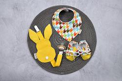 Подарочный набор First - Чехол-держатель для пустышки, слюнявчик, пинетки