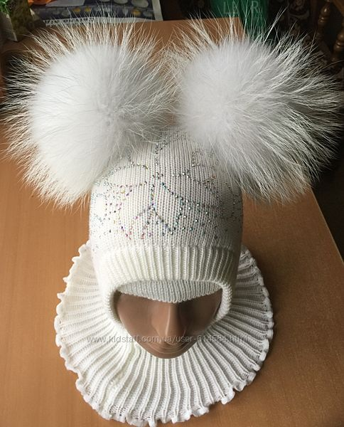 Шапка шлем с помпонами из меха енота.