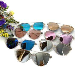 Трендовые солнцезащитные очки с цветными линзами