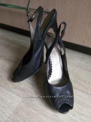 Нарядные босоножки черного цвета на элегантной шпильке