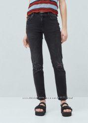 Черные джинсы из потертого денима от mango