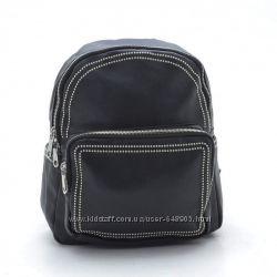 Небольшой чёрный рюкзак с заклёпками