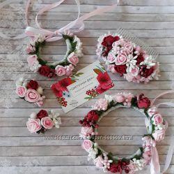 Гребешки, заколки и браслеты из цветов.