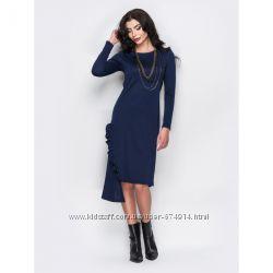 Трикотажное платье с вертикальной оборкой и ассиметричным низом  синий
