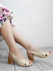 Кожаные классические босоножки на устойчивом каблуке
