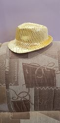 Шляпка в золотых паетках.