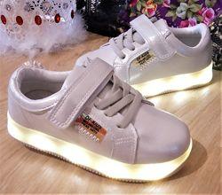 Красивые детские кроссовки с мигающей подошвой. с 25 по 28 рр