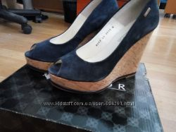 Замшевые синие туфли на танкетке