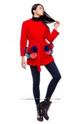 Яркое утепленное пальто с меховыми карманами