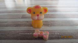 Игрушка резиновый львёнок с косточкой и тигрёнок в лодке на колёсах