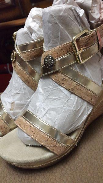 Босоножки для юной модницы Stuart Weitzman.