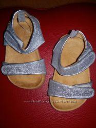 19 22 Искристые сандалики  H&M
