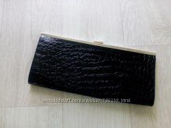 Стильный черный лаковый клатч.