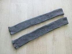 Длинные митенки серого цвета.