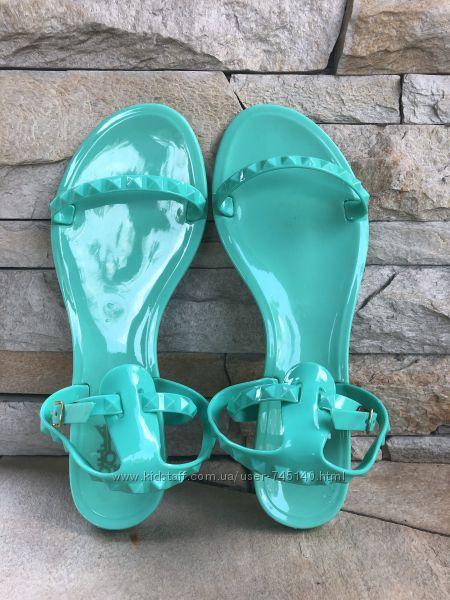 Яркие сандалии Colors of California