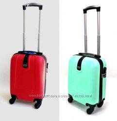 Маленькие пластиковые четырехколесные чемоданы