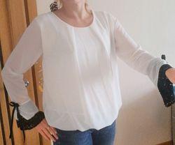Блуза с кружевом на рукавах