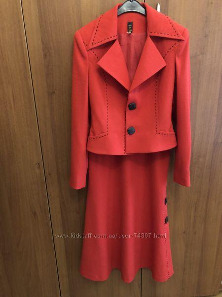 Ярко красный элегантный костюм