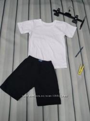Белая футболка и черные шорты на физкультуру