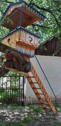 Деревянный домик с лестницей