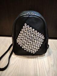 Стильный детский кожаный рюкзак. Декорирован крупными стразами.