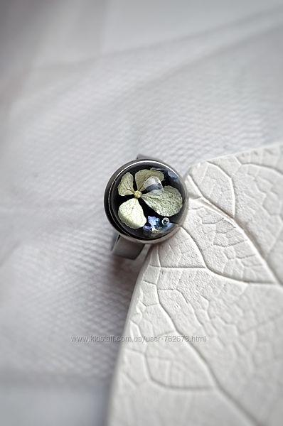 Кольцо с натуральной гортензией и незабудками в ювелирной смоле