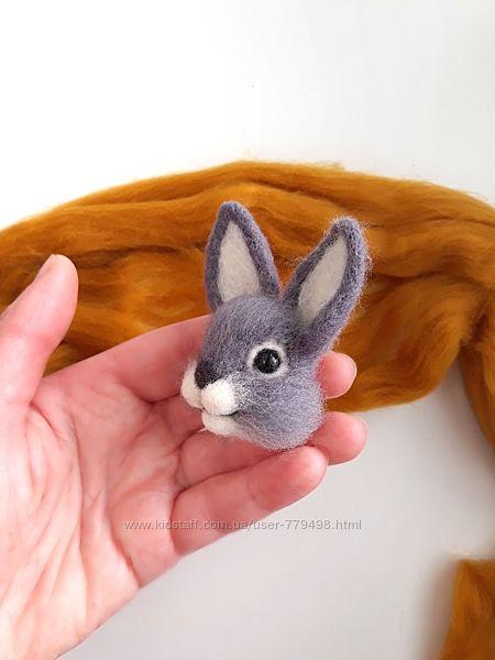 Брошь зайчик. Кролик войлочная брошка.