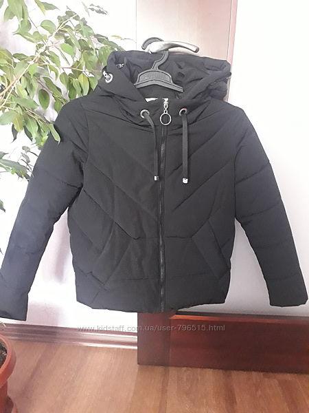 Очень модная теплая куртка с капюшоном . Размер S , M