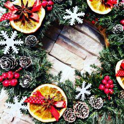 Чудесный рождественский венок с ароматом корицы, апельсинов и бадьяна