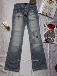 Стильные джинсы со стразами, расклешённые внизу.