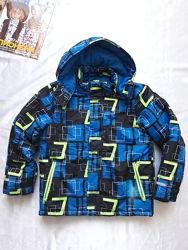 Зимняя лыжная куртка для мальчика в хорошем состоянии