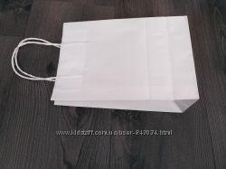 Бумажные белые пакеты с ручками.
