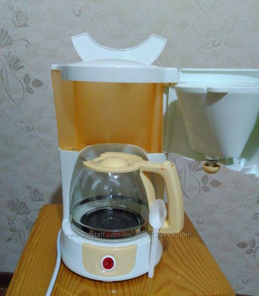 Кофеварка Elenberg KM-2400 капельного типа.