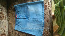 Красивая новая голубая джинсовая юбка